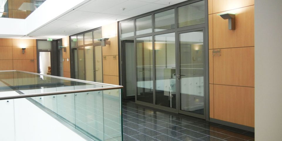 Fire resistant door with top light integrated in a partition wall.